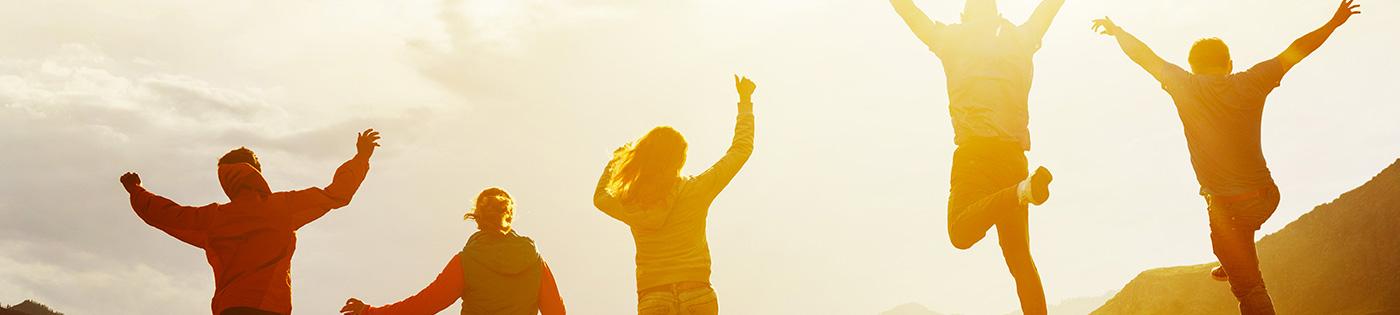 Coucher de soleil avec des personnes sautant en l'air